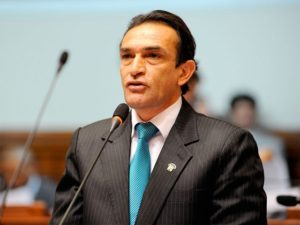 Héctor Becerril apoya contratación de su esposa en el CNM